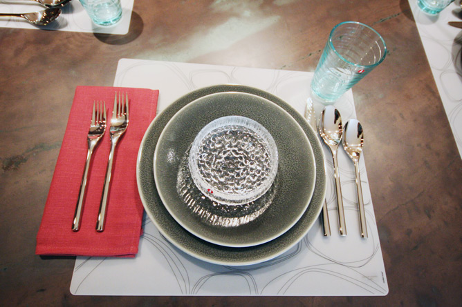 Vuelta dinnerware on Modern Twist placemat with Ultima Thule bowl