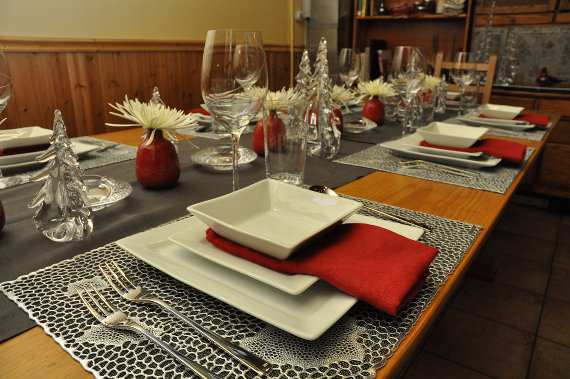 Table with Match Pewter, Chilewhich, Libeco Home Polylin, Kosta Boda Eclipse glasses, Pillivuyt Quartet plates