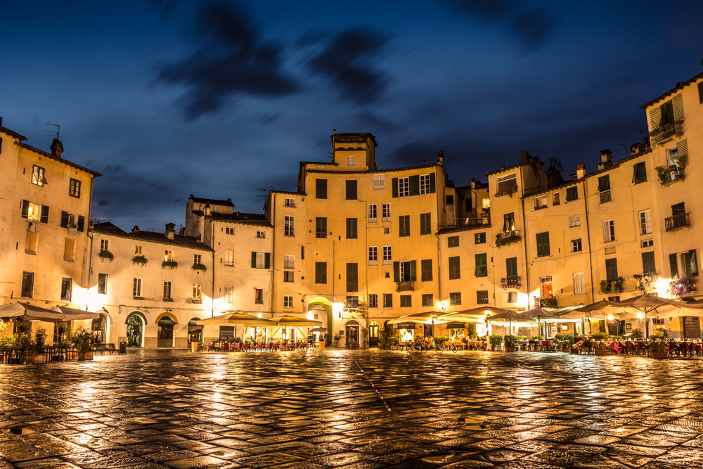Piazza in Lucca.jpg