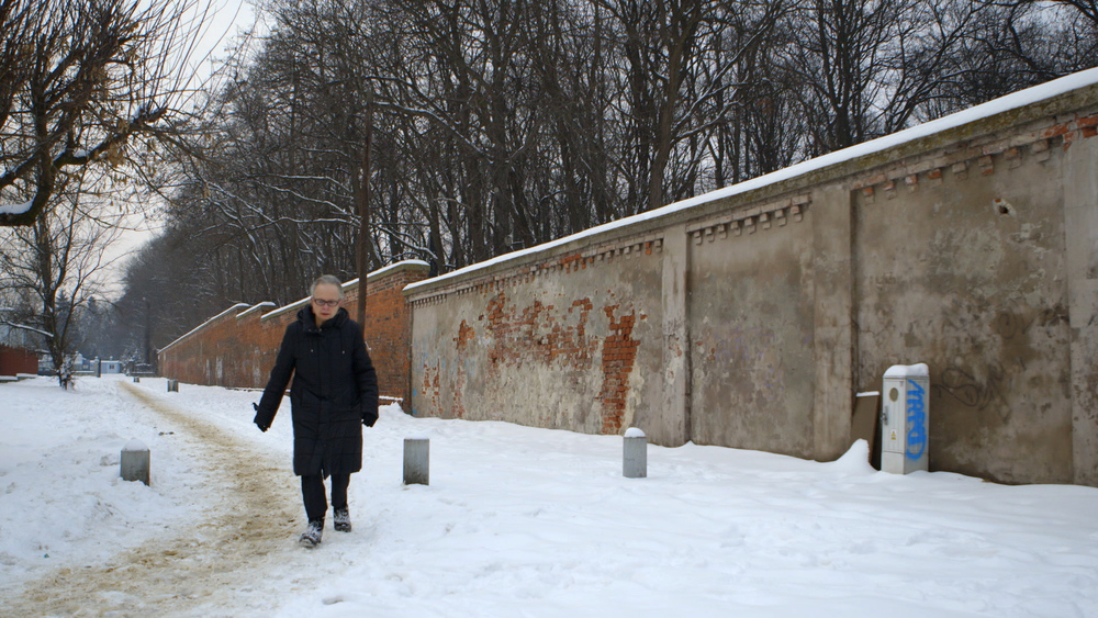 Still 7:  Barbara Kishenblatt-Gimblatt takes the filmmakers on a tour of the old Jewish cemetery in Warsaw.