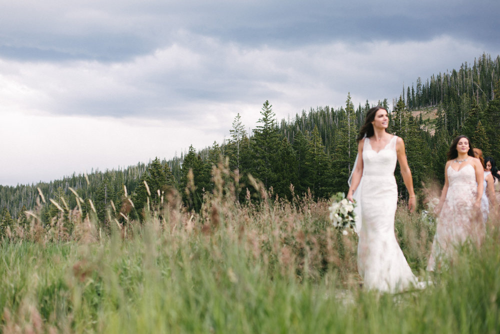 351-beaver-creek--bouquet--bridesmaid--white-flowers--mountain-top.jpg