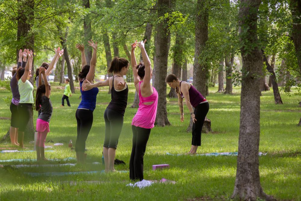 Tiffany teaching one of 3Tree Yoga's outdoor yoga classes in Fort Worth Texas #FWSUNRISEYOGA