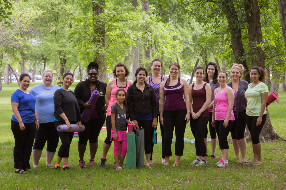 Group shot of #FWSUNRISEYOGA yogis from 3Tree Yoga's first outdoor class in Fort  Worth Texas