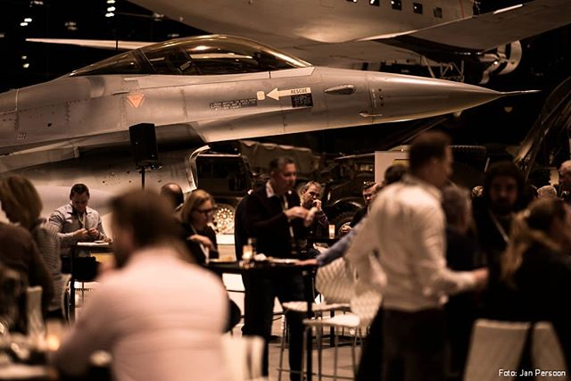 SURREAL SCENERY Yesterday I captured a business event in the National Military Museum. Workshops next to jet fighters. Awesomeness 🙏  @technischeunie  @sonyalpha  @nationaal_militair_museum  #workshops #event #business #f16 #fightingfalcon #military #jetfighter #surreal #museum #nationaalmilitairmuseum #soest #soesterberg #jongtu #videograaf #vliegtuig #straaljager #sonyalpha #a7sii #a7s2