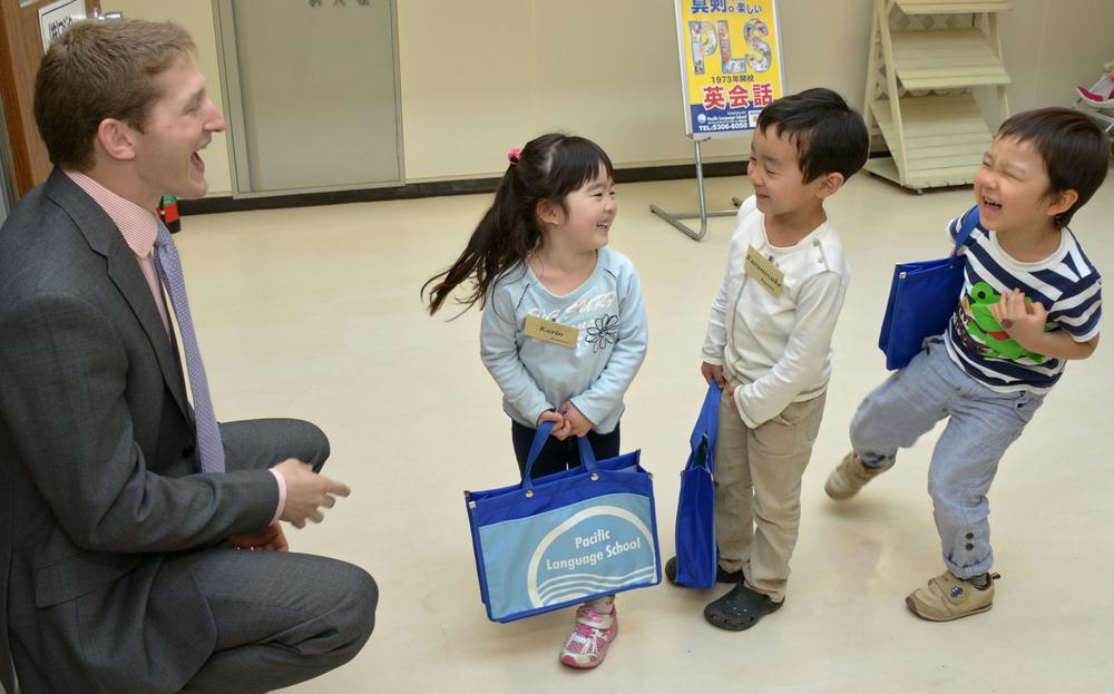 教室に入る前に ENTER-QUESTを練習している生徒たち。