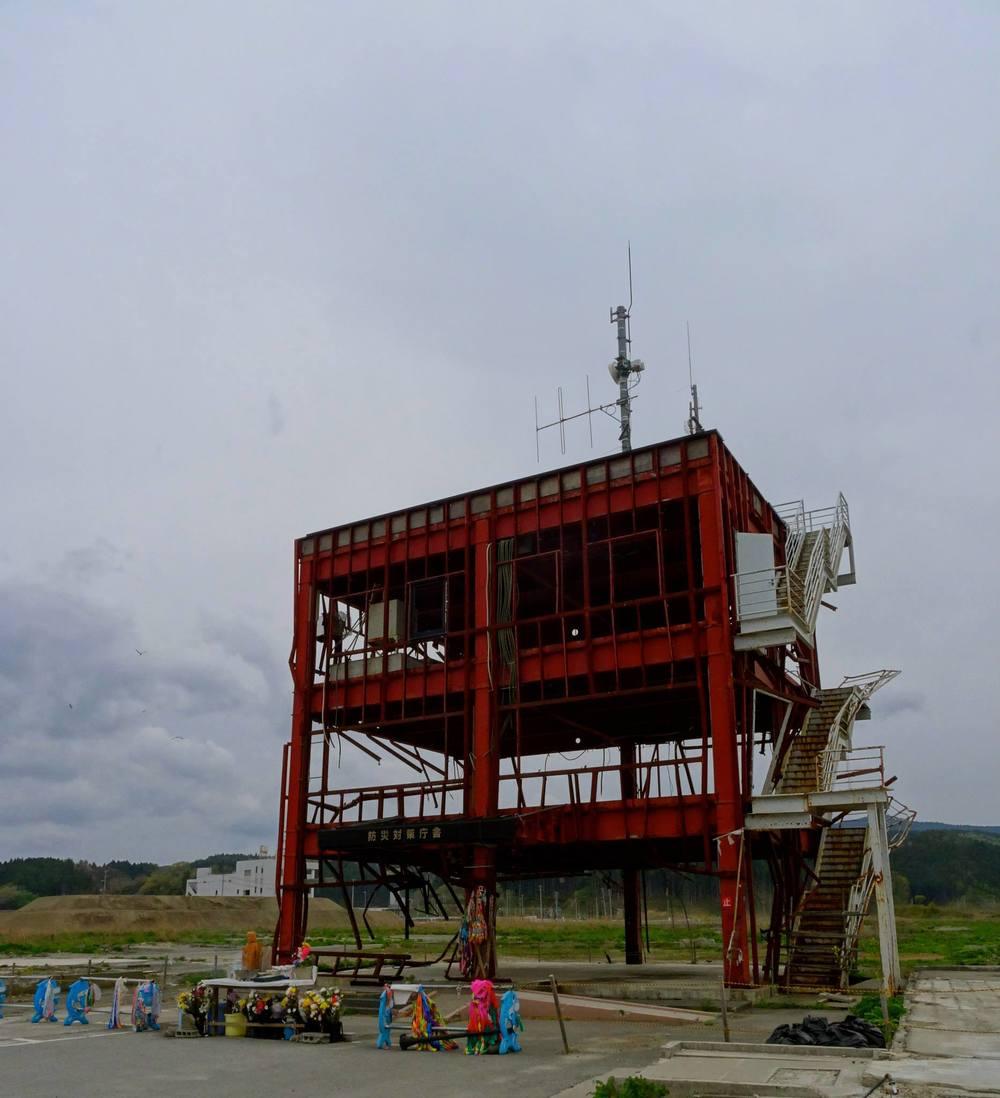 南三陸の防災庁舎(津波警報のアナウンスを最後までされ、ご本人は津波の犠牲になってしまったという話をニュースなどでご覧になった方もいると思います)