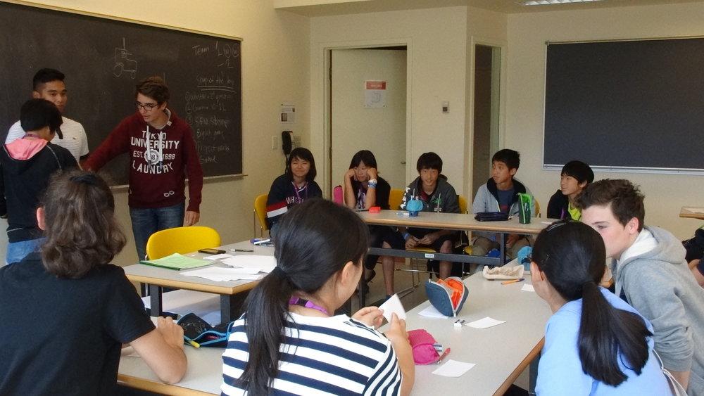 """Pictionary対決!ティームメイトの代表者が何を描くかを当てます。国によって表現の違いもあったりして面白かったです。この日は「トランプ」が先生に通じず、先生も日本で """"cards"""" がトランプと呼ばれていることに驚いていました。"""