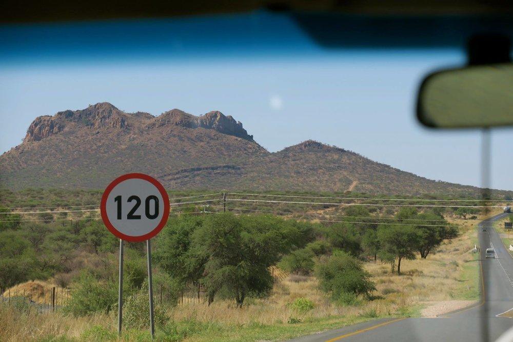 普通の道路なのにスピード制限「120km」