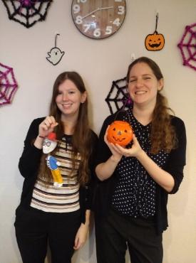 雰囲気が似ていると評判のGail先生(左)とEdith先生(右)、今月のハロウィンイベントが待ちきれないようです!