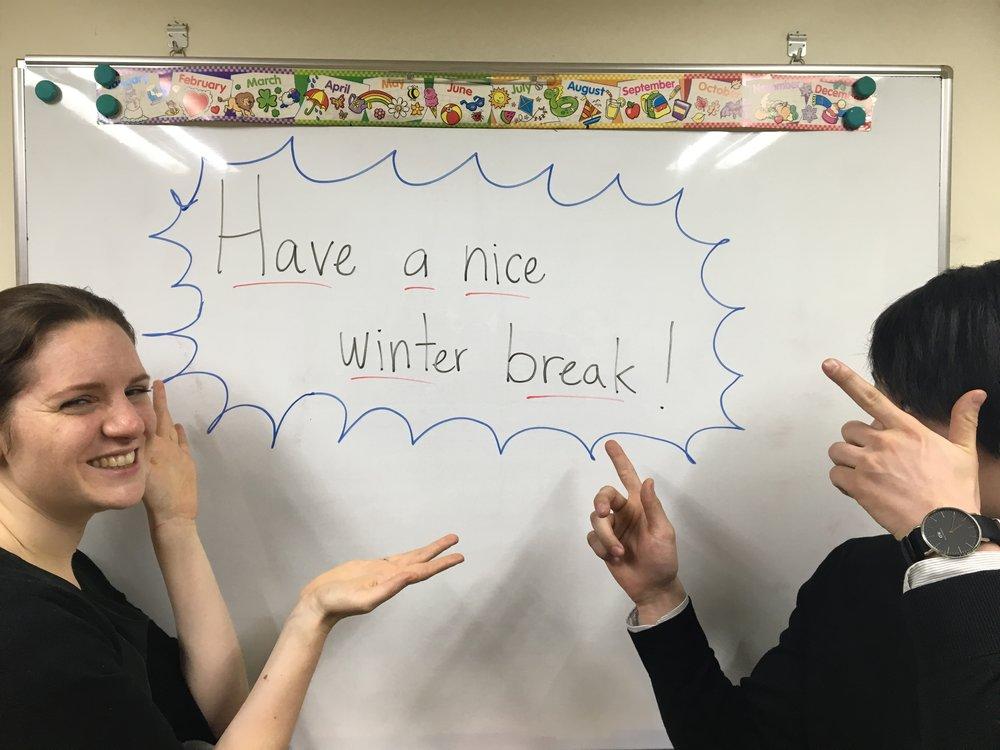 皆さん素敵な冬休みを! Edithの隣にいる恥ずかしがり屋の先生は誰だか分かりますか?当ててみてね!