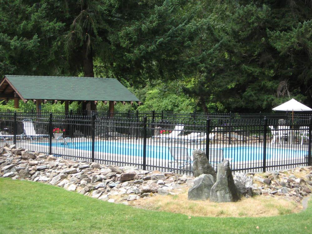 Pool House and Barbacue Area.JPG