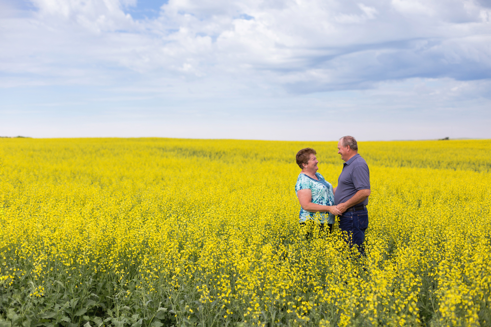 woods_photography_canola_field_couple.jpg