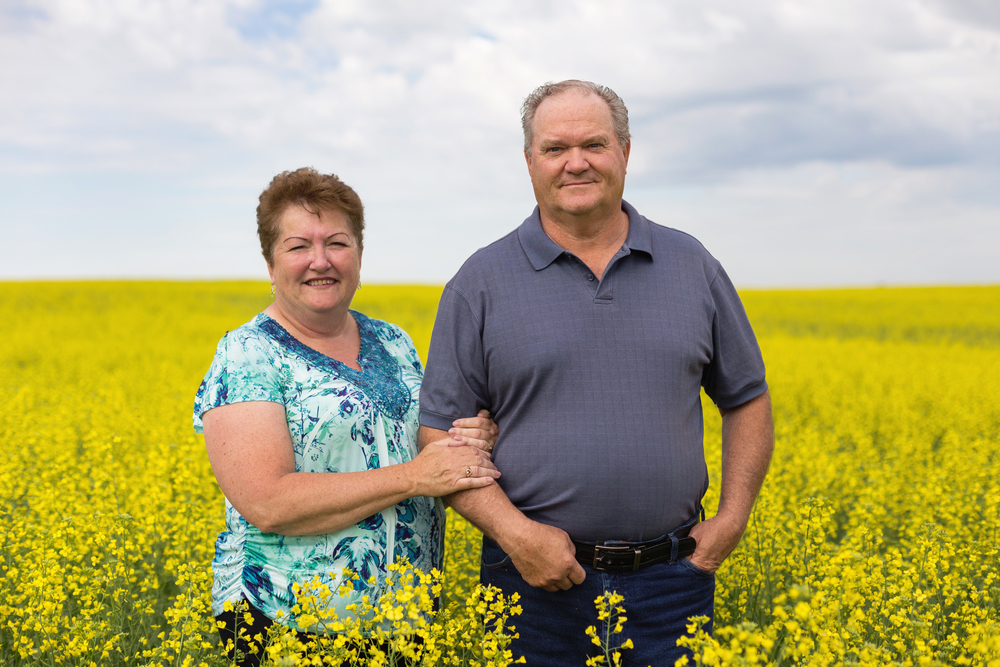 woods_photography_canola_field_couple2.jpg