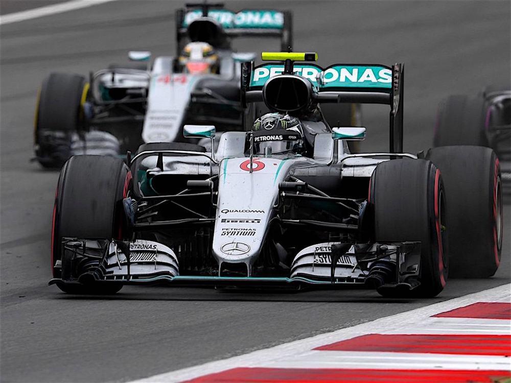 Salracing - Nico Rosberg just before crashing with Lewis Hamilton