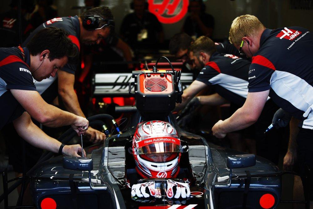 2017 Kevin Magnussen | Haas VF17 | 2017 Azerbaijan GP Crew members working copy.jpg