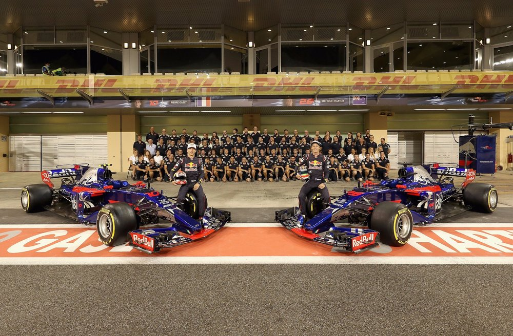 2017 Toro Rosso F1 family photo copy.jpg
