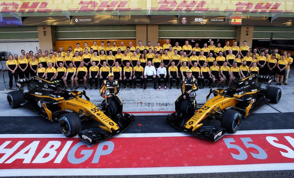 A 2017 Renault F1 team photo | 2017 Abu Dhabi GP copy.jpg