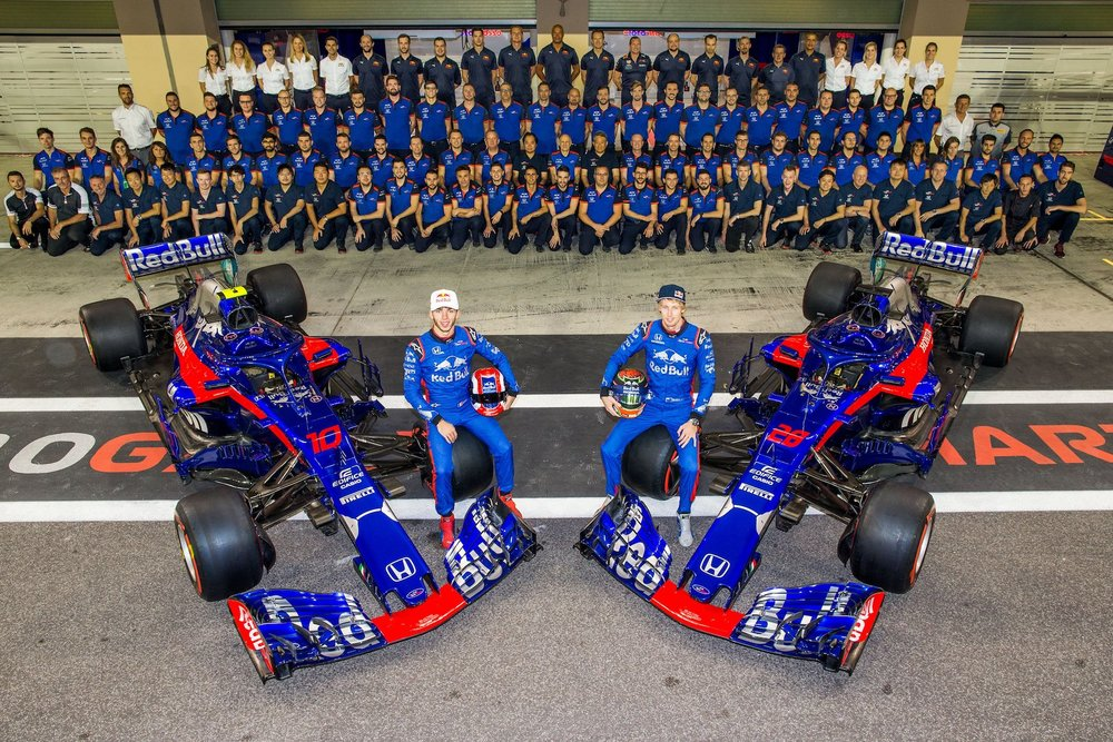 2018 Toro Rosso Team family photo | 2018 Abu Dhabi GP 1 copy.jpg