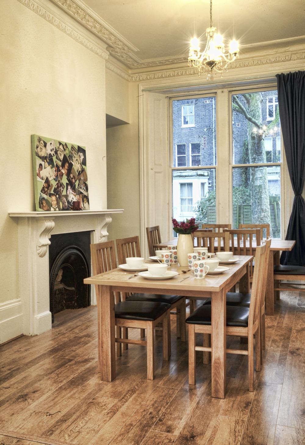La nostra sala da pranzo è elegante, come qualsiasi altra cosa qui, ed è la zona ideale dove iniziare una conversazione con altri viaggiatori.
