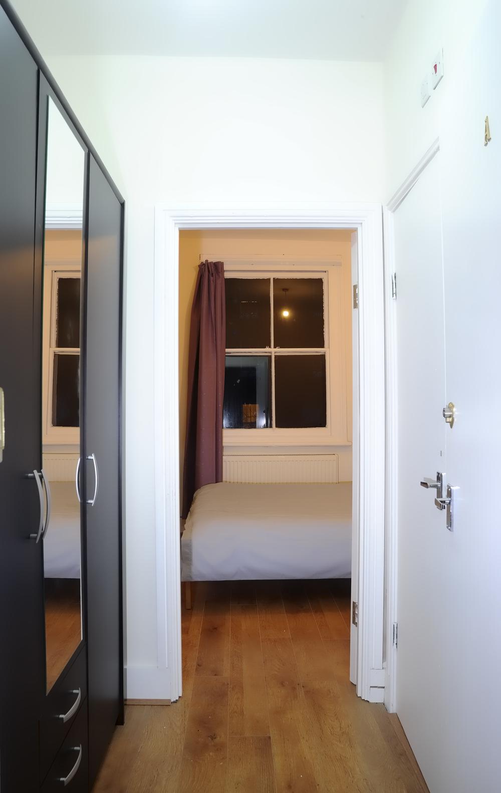 La nostra camera da letto matrimoniale dispone di uno spazioso armadio dove mettere le valigie e sistemare i vestiti.