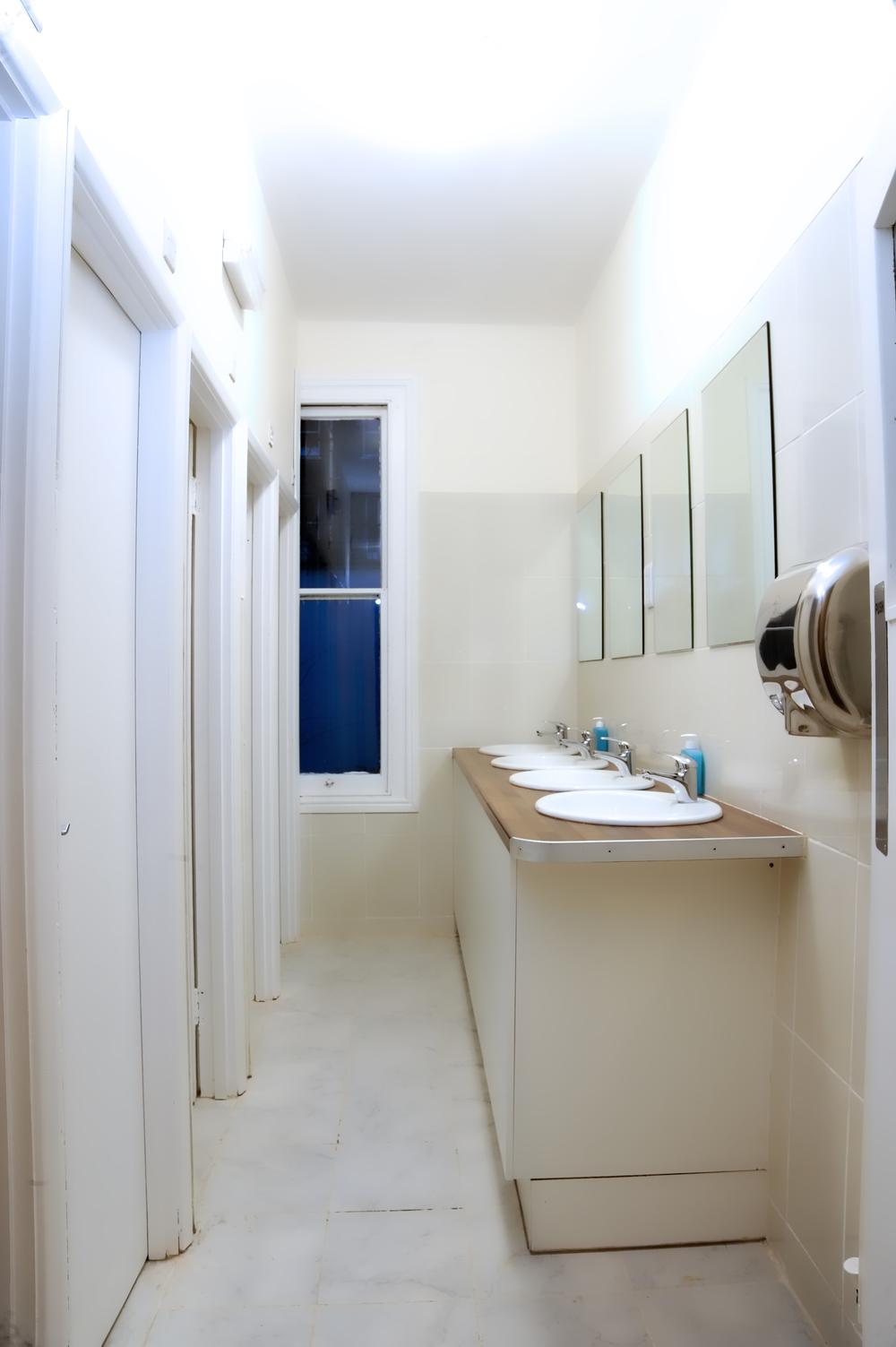 Ecco altre due foto per dimostrarti come è pulito il nostro ostello... siamo orgogliosi del nostro livello di pulizia e offriamo un servizio di pulizie quattro volte al giorno per i nostri bagni.