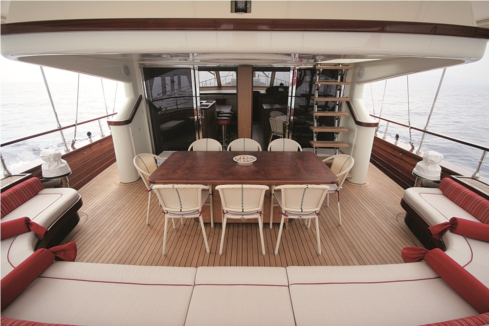 SERENITY 86 - Aft Seating Area 01.jpg