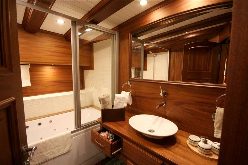 Caner IV - master bathrooms.jpg