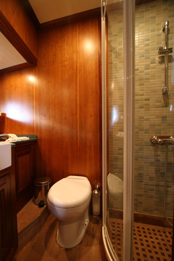 FREYA - Forward Master Cabin Bathroom (1).JPG