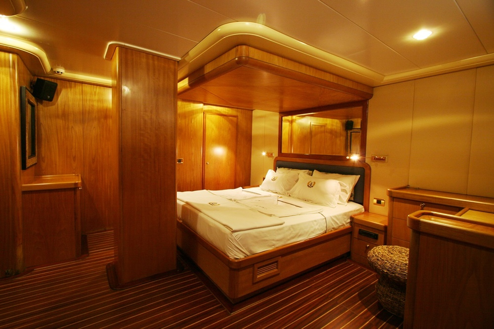 SCHATZ - Forward Master Cabin (1).JPG
