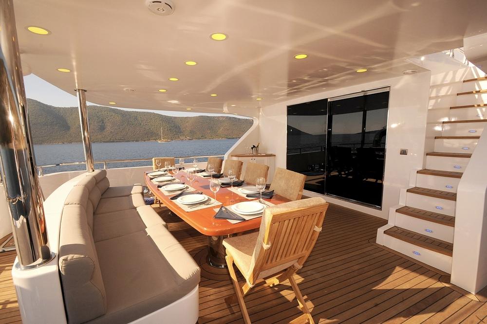 gulmaria_aft_lower_deck_dining_table.jpg