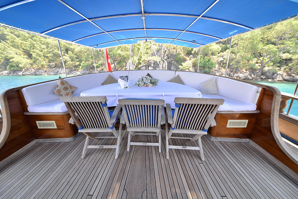 Dining-table-on-Aft-Deck.jpg