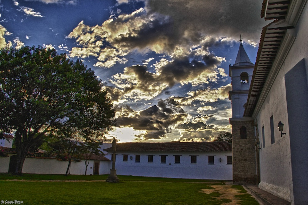 mgambarios-colombia-villadeleiva-colonial-twon-sunset-church.jpg