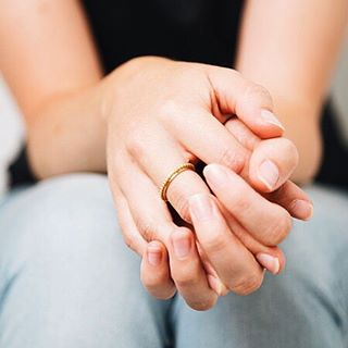 Choose simple elegance with our Mount Lavinia Pellet Ring - available on mooris.ch and in the Kinsfolk online shop ✨  #kinsfolk #mooris #onlineshop #simpleelegance #gold #rings #classics