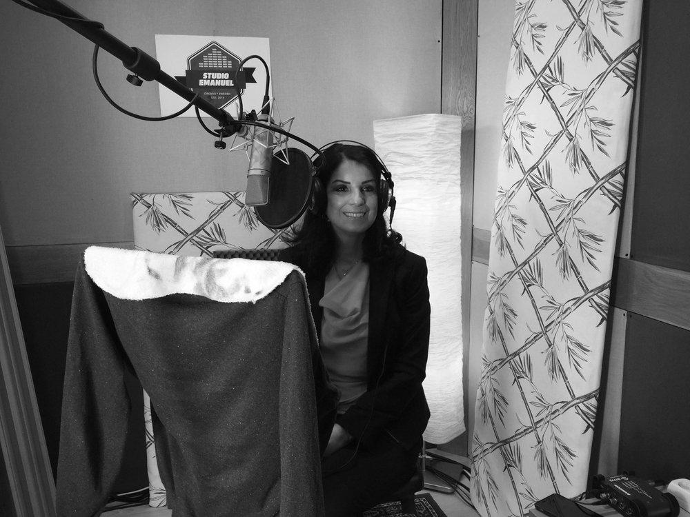 """Soheila Fors, på plats i studion, för inläsning av efterordet på sin bok """" Bakom varje fönster bor ett hjärta """"."""