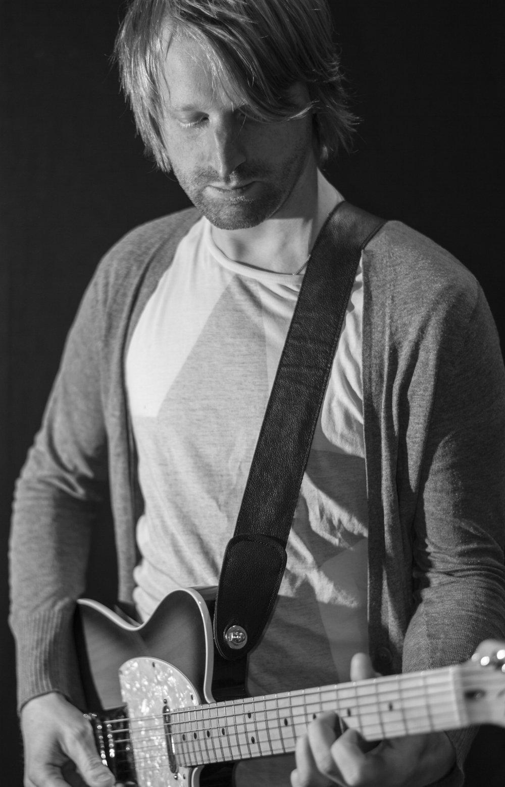 Jarl Furingsten  Har som gitarrist spelat med flera större band och artister i både Sverige och USA. Huvudansvarar för musikproduktion (exempelvis arrangering, produktion och inspelning) men även korrekturlyssning av ljudböcker.  Stort hjärta för pop, indie och starka melodier.  Utbildad på bland annat Musicians Institute i Los Angeles och på Örebro Universitet.   Kontaktuppgifter:  E-post: jalle@studioemanuel.se Tel. 073 - 811 23 37