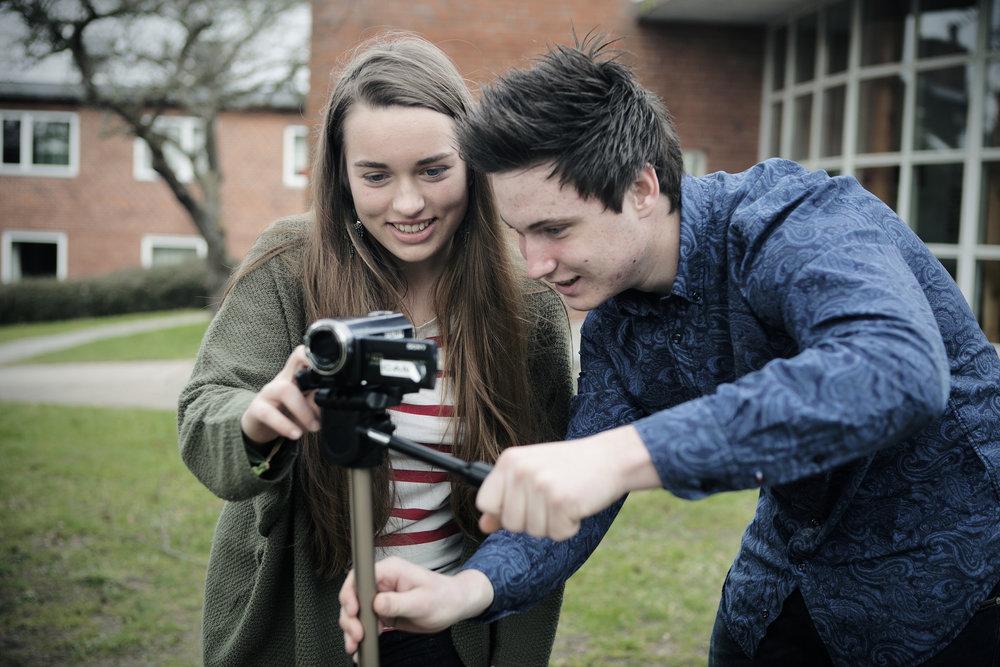 FILM - Film Højskole for unge - YouTube og filmanalyseI filmfagene skal vi først og fremmest se og analysere en masse film, men vi skal også selv på banen og lege med bl.a. at skabe korte film til YouTube. Læs mere her