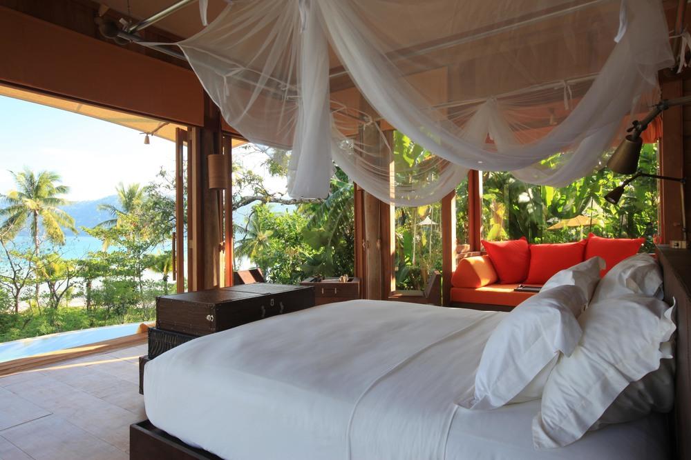 beach-villa-suite-bedroom_262_574.jpg