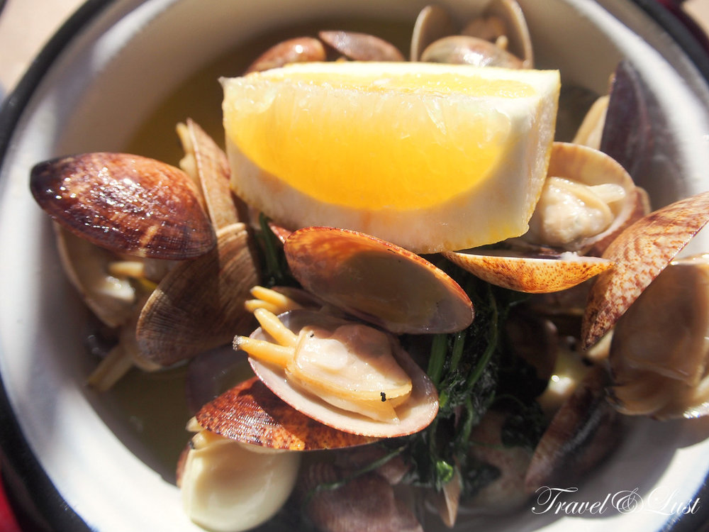 Love a little lemon on the delicious clams!Food is deliciously appetising – the menu lists fresh crunchy salads all bursting with goodness, seafood dishes such as octopus and sweet potato, and assorted toasted sandwiches and tempting desserts.