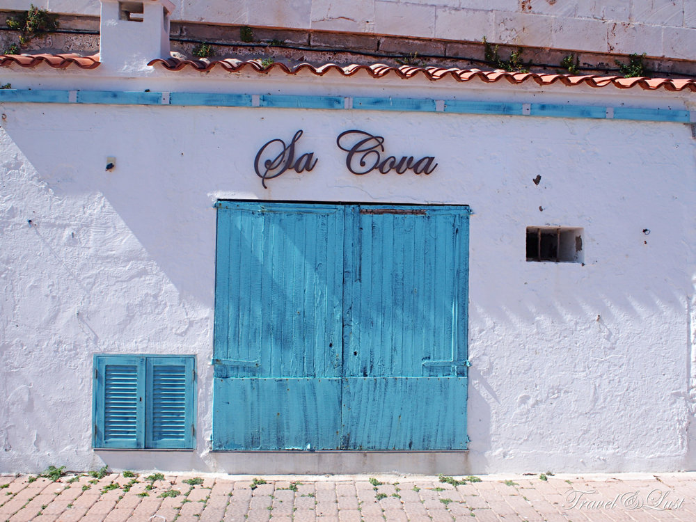 A la carte restaurant next to the sea with an outdoor terrace in Es Castell. Specialised in rich, fish and soups.