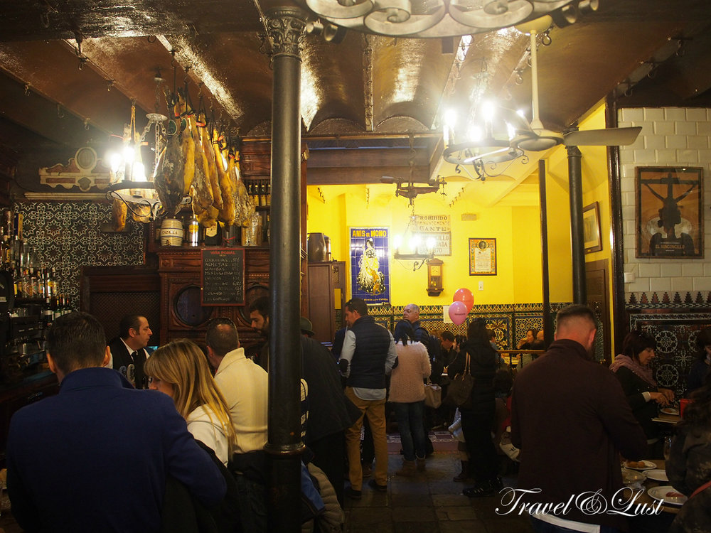 With over 345 years of age (the oldest bar in Seville), El Rinconcillo is a mythical place of the tapas in Seville, in which, in addition, there is a dish that some qualify as recipe of authentic registered patent.
