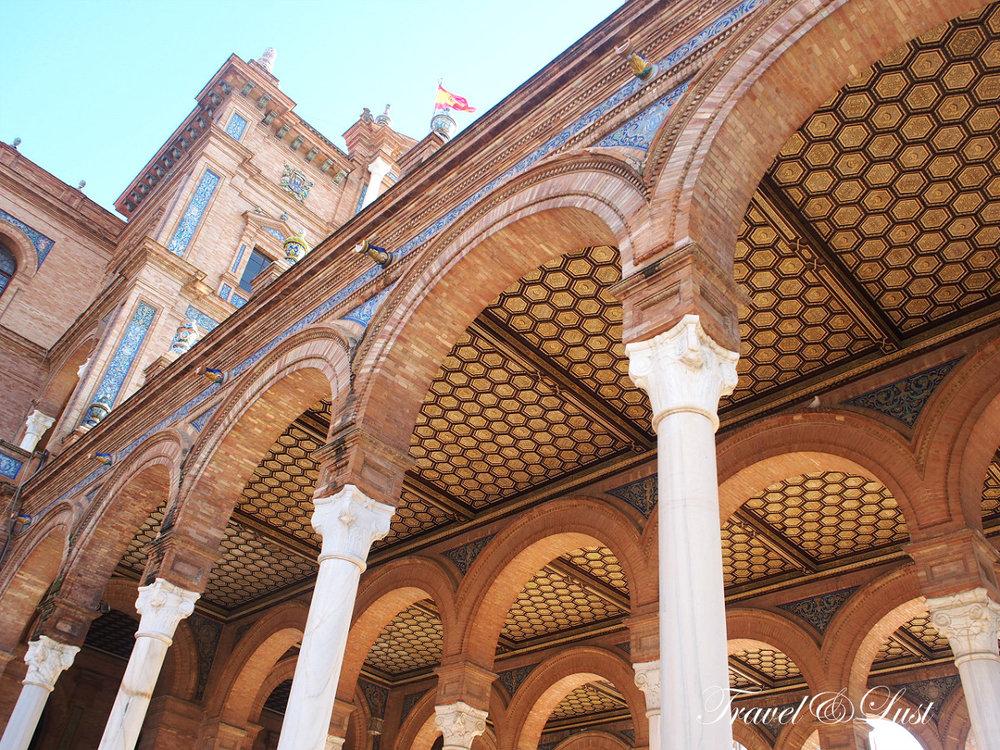 The Plaza de España has impressive architecture.
