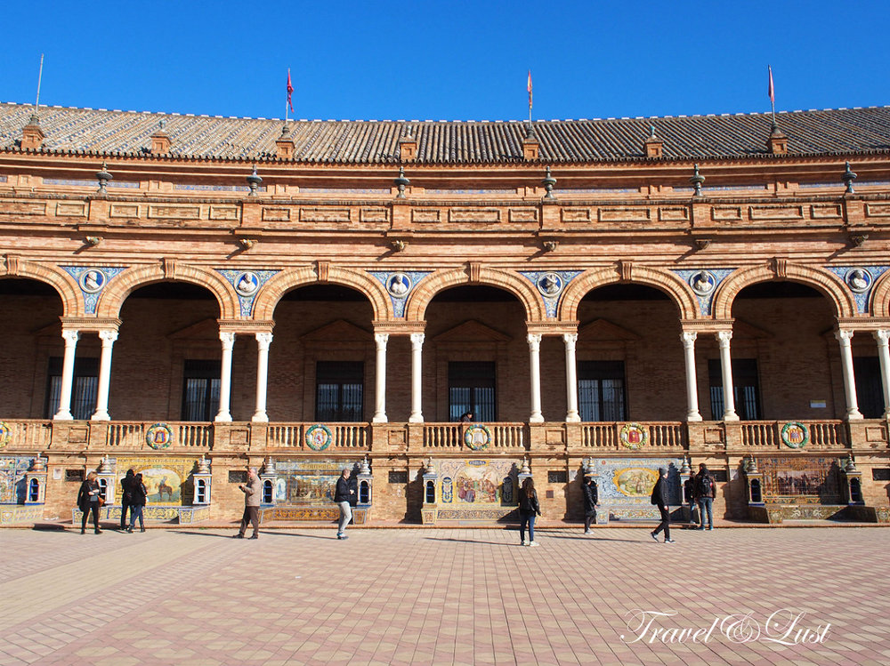 Plaza de España was built for the Ibero-American Exhibition of 1929.Its creator was Aníbal González, he mixed a style inspired by the Renaissance with typical elements from the city: exposed brick, ceramics and wrought iron (worked by Domingo Prida). The square is dominated by 2 towers, one on each side of the enclosed area, which frame the central building where the main rooms are.Palacio de las Dueñas Artistic period of the Plaza de España was Contemporary, being built in the early 20th century.In its banks you can see all the provinces of Spain are represented,and their walls are decorated with busts of illustrious Spaniards.