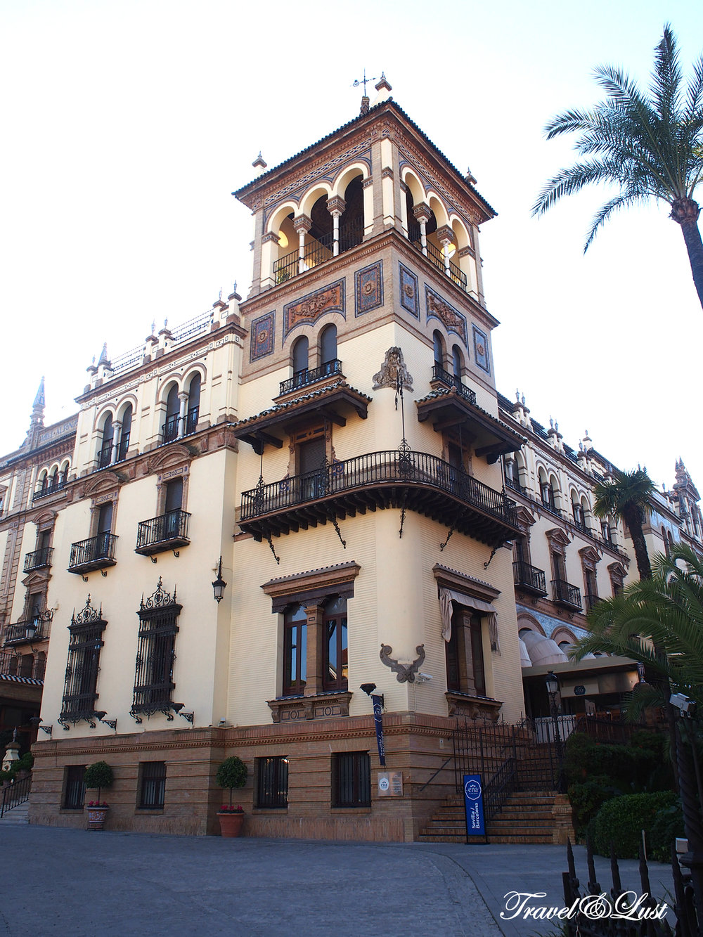 Commissioned by the King of Spain to play host to international dignitaries during the 1929 Exhibition, Hotel Alfonso XIII remains an iconic cultural landmark.Centrally located in the historic quarter of Santa Cruz, it sits next to Reales Alcázares and Seville Cathedral.