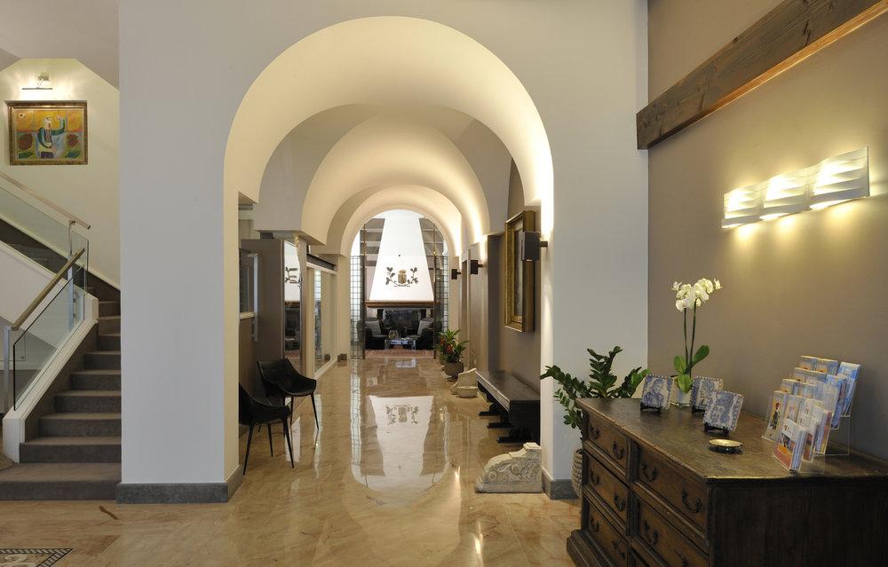Hallway entrance in Hotel Principe di Villafranca.