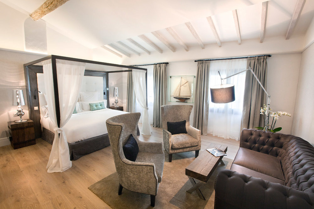 This is the Baron Suite, covering 45 square metres of floor space with a living room area and fully equipped bathroom with shower and bath. Select your fave head rest with a pillow menu.
