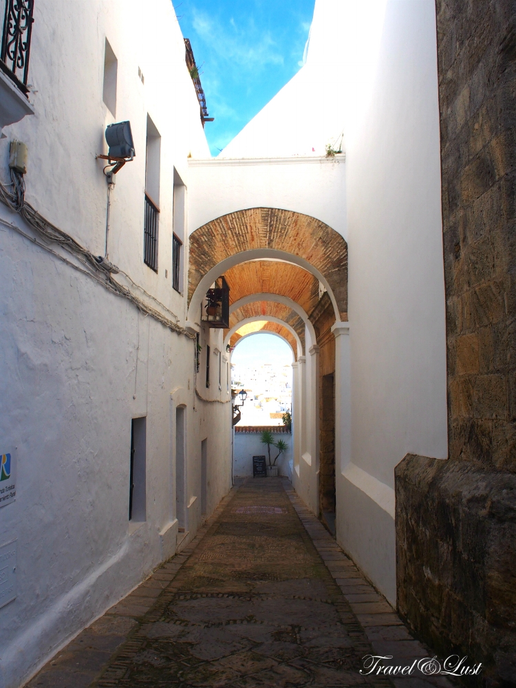Early morning at the Arco de las Monjas in the Jewish quarter.