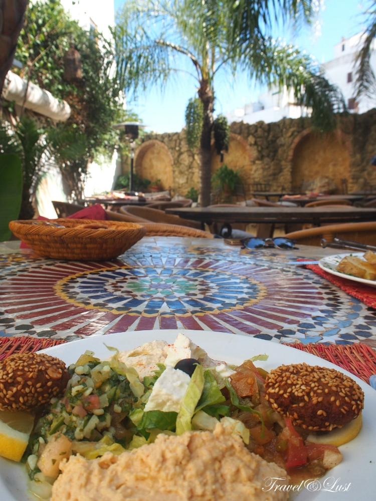 At El Jardin del Califa having a mixed dish with hummus, babaganush, feta cheese, Marrakech salad and Tabulé. We also tried the lamb skewers and eggplants from Aleppo with honey, pine nuts and yoghurt with peppermint.
