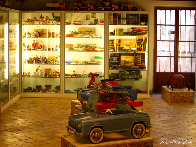 Expect dolls, ships, trains, cars, cardboard horses, cribs, children's theaters, bicycles and tricycles in perfect condition, table toys, footballs, pedal cars and more.