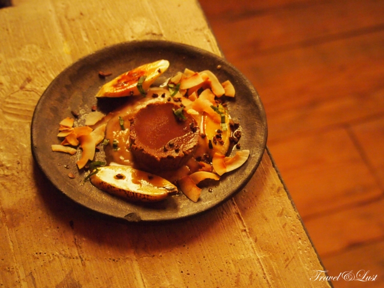What better way to end a meal than with a delicious chocolate flan with coffee, coconut and banana!