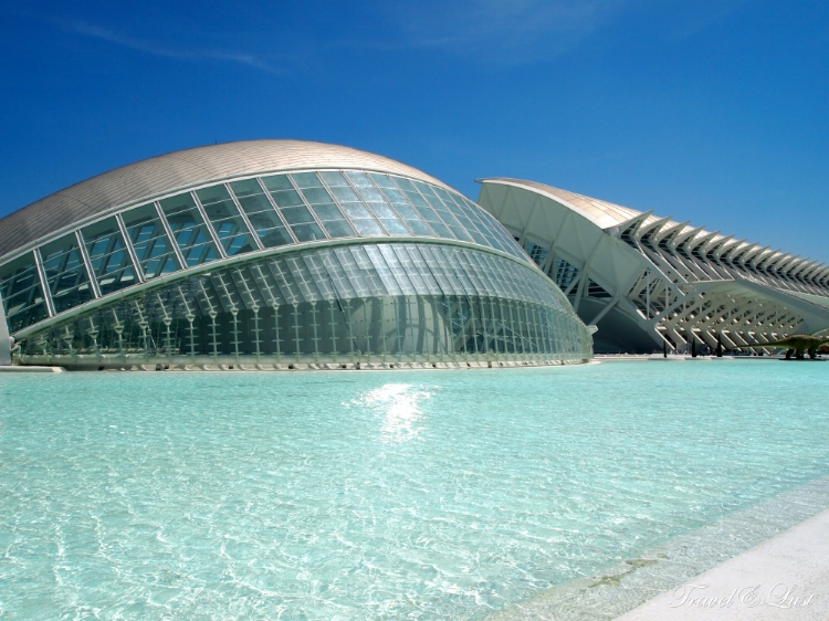 The Hemisferic: This is the largest hall in Spain to contain three systems projecting onto a concave screen of 900 square metres. Digital 3D screens and IMAX Dome.
